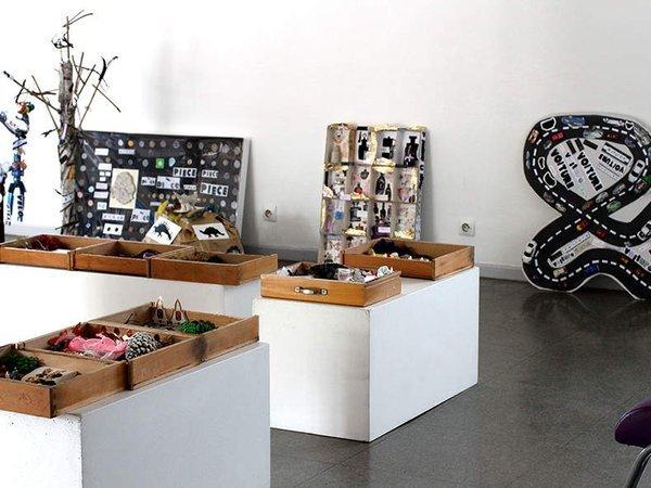 Collections de dinosaures, vélos, cailoux ou barettes, baguettes magiques et tiroirs secrets, il faut trouver de la place pour toutes les oeuvres